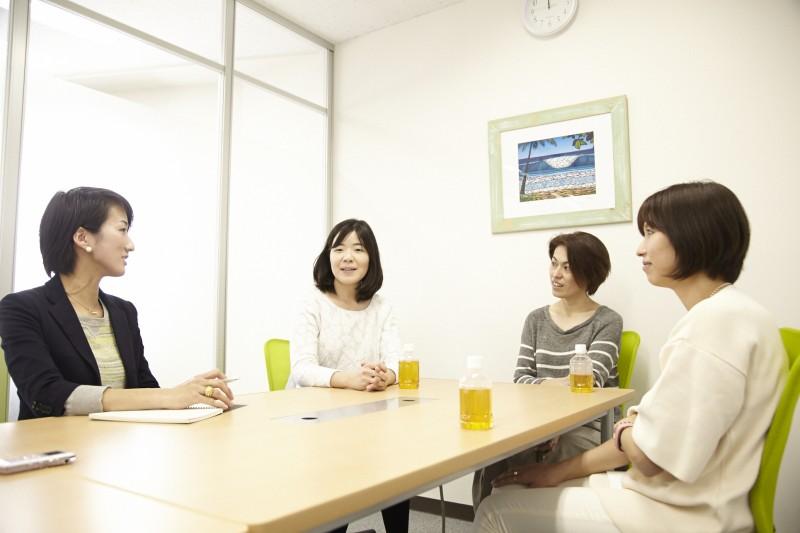 写真左から、飯田、小松さん、上原さん、熊本さん。