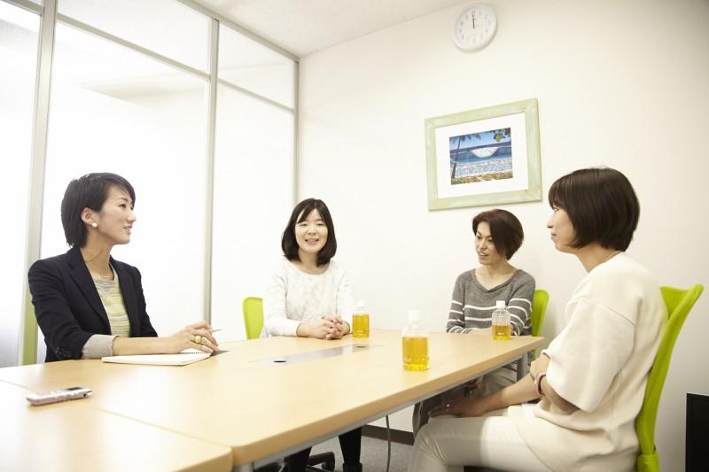 写真左から飯田、小松さん、上原さん、熊本さん。