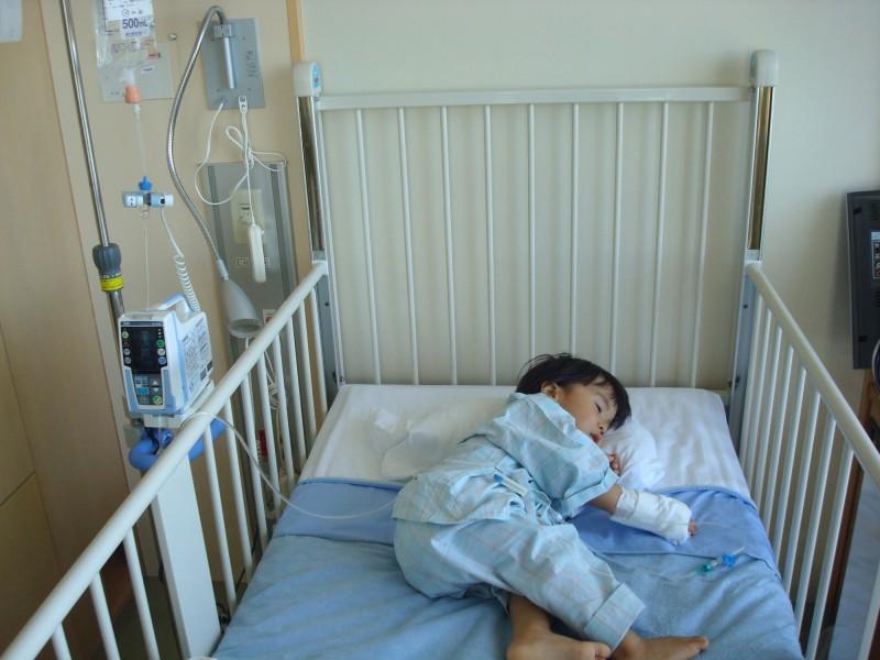 小さな体に医療機器をつけている姿を見るだけでも泣きそうになりますね。