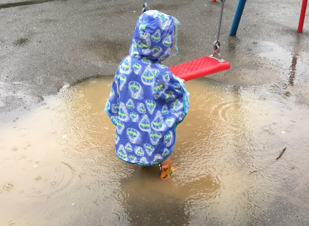 深い水たまりもドキドキする遊び場に