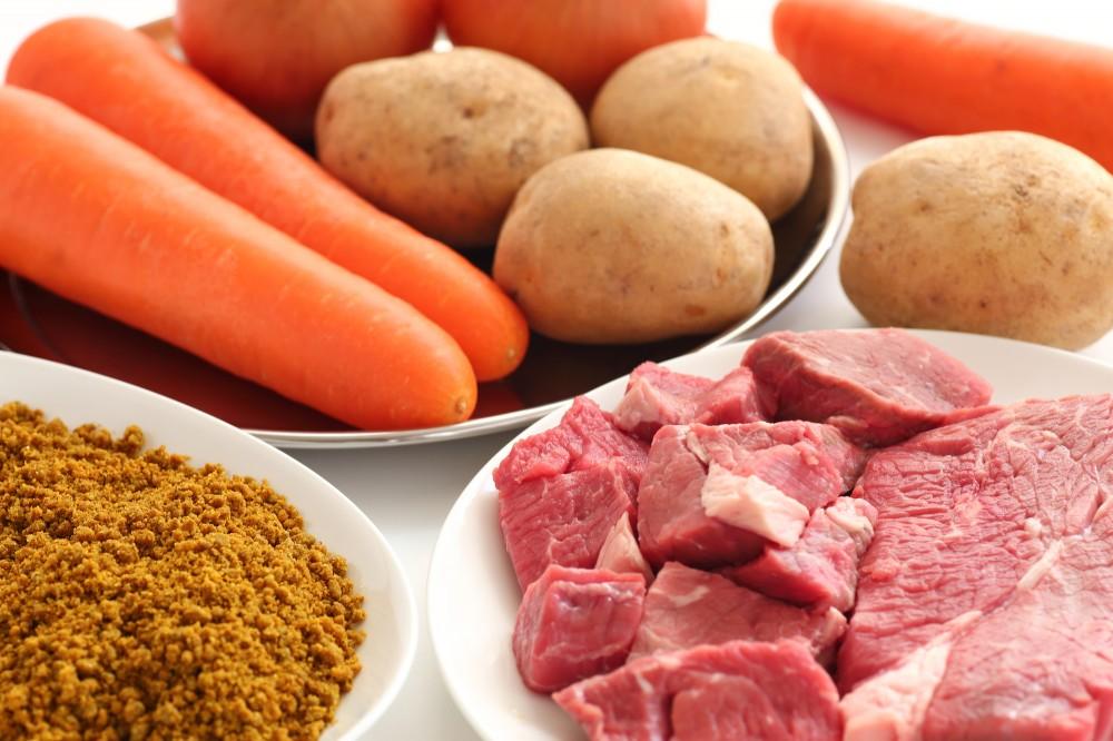定番のカレーはジャガイモ、玉ねぎ、人参、豚肉