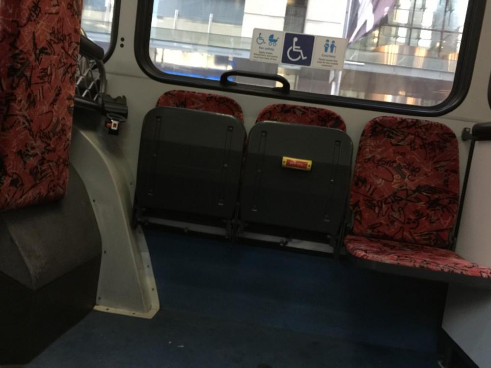 バスの車内。イスを畳んだ場所にベビーカーを置きます