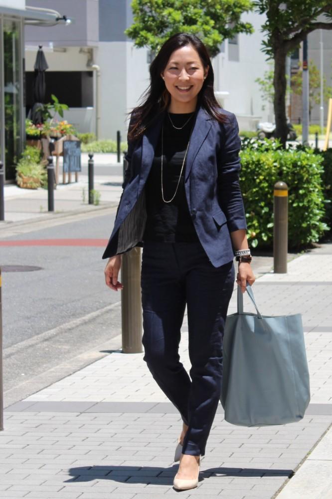 ジャケットを脱いでも、黒Tシャツなら着心地はラクなのにラフになりすぎないからお仕事シーンでもノンストレス。