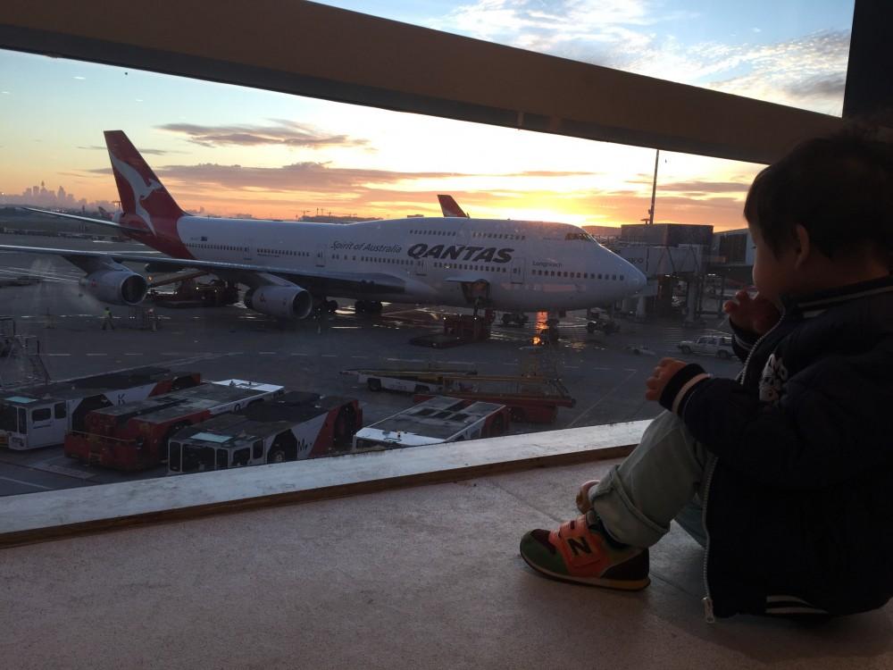 帰りの空港で、朝焼けとともに飛行機を鑑賞。