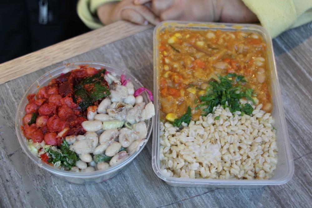 キャセロールとごはん(右)、豆のサラダ(左)
