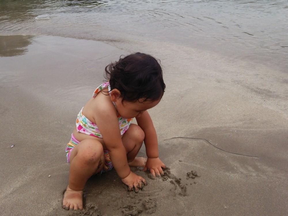 心配だった1歳半の娘も浜辺で磯遊びと水遊びを満喫。