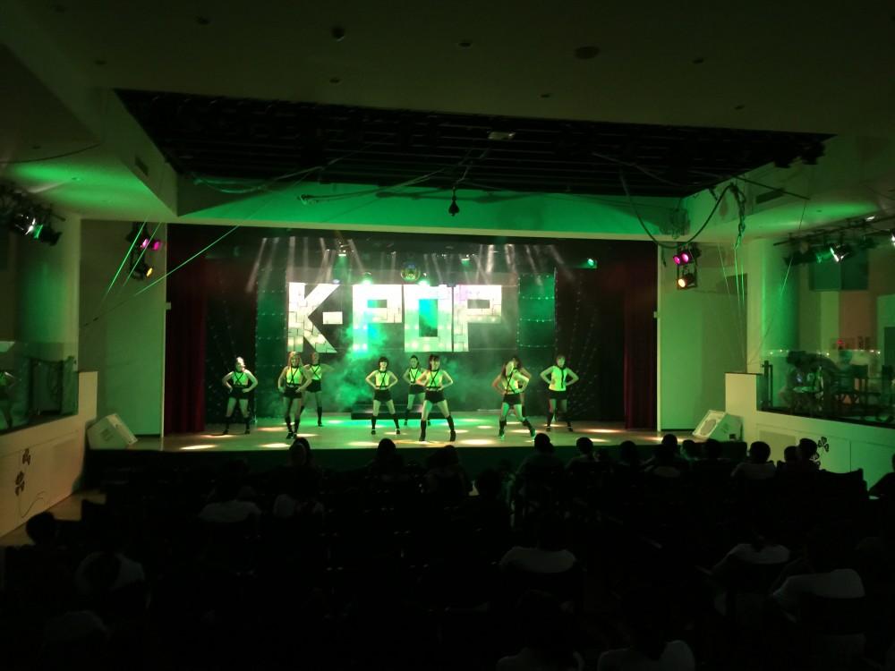 演出や照明までかなり本格的。この夜はK-POPショーでした