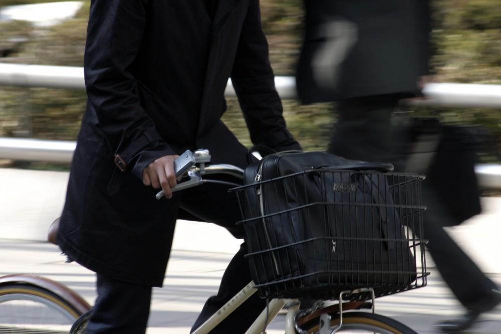通勤通学で急ぐ自転車と子どもが接触する可能性も充分あります。