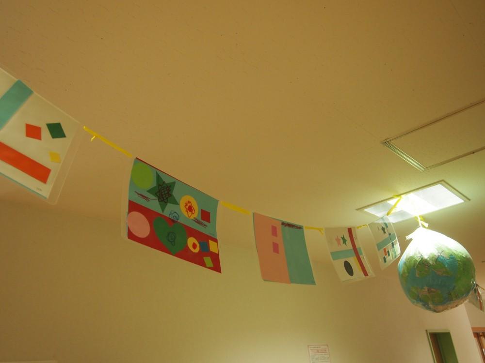 前回のデザインワークで国旗をデザイン。玄関が賑やかに