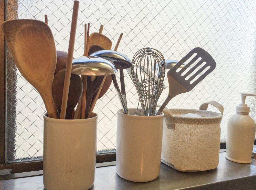 素材をそろえて収納。白はキッチンに清潔感を与えます。