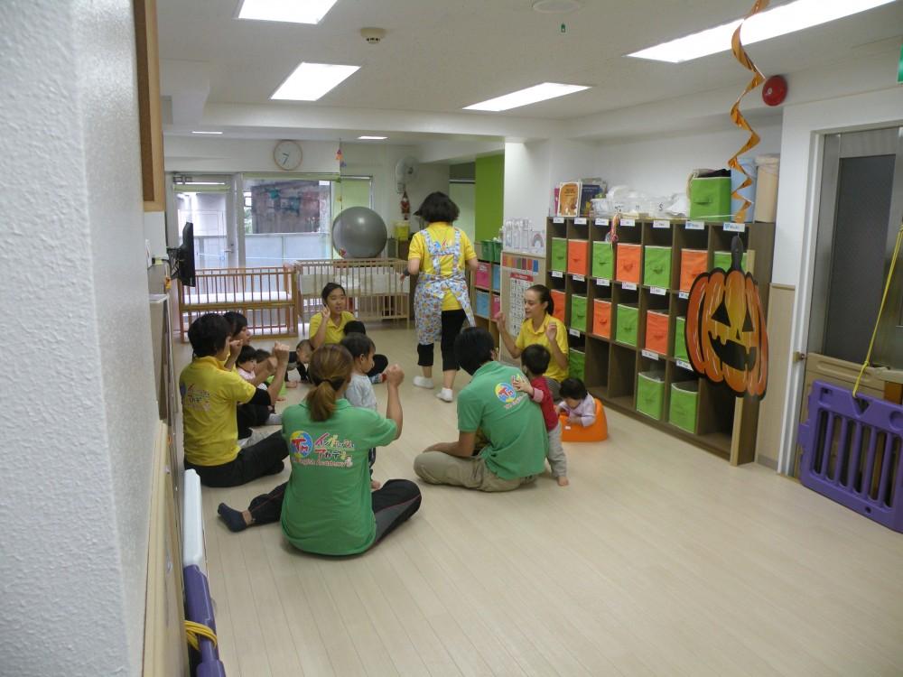 0〜1歳クラスはイングリッシュサークルといって円になり英語の歌を歌っていました。