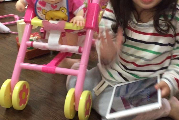 iPadでYoutubeがうまく見れず画面を叩きまくる娘さん。壊れます、やめてください。