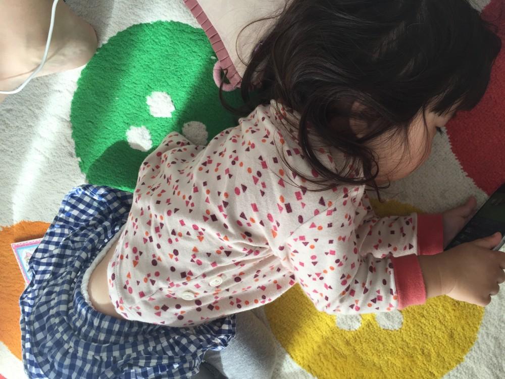 ゴロゴロしながら携帯を見る娘。上がパジャマなのは例のごとく着替えてくれないため。