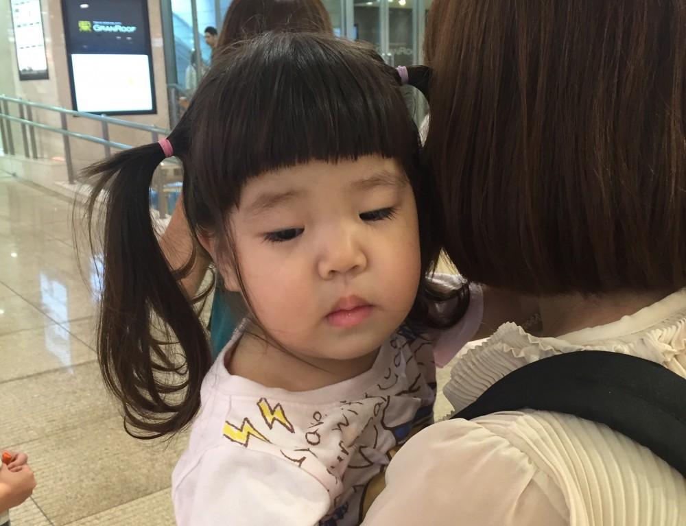 出かける先々で自分では歩かず、「ママ抱っこ〜」