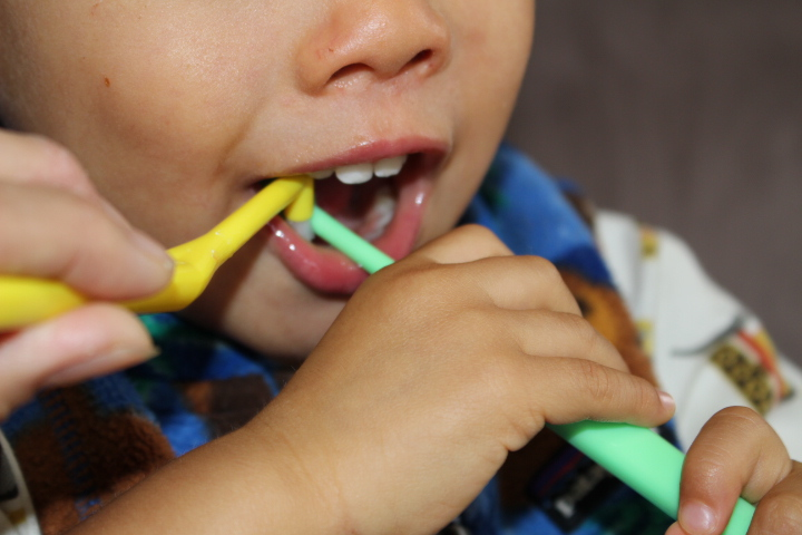 ワンタフトブラシで仕上げ歯磨き中。