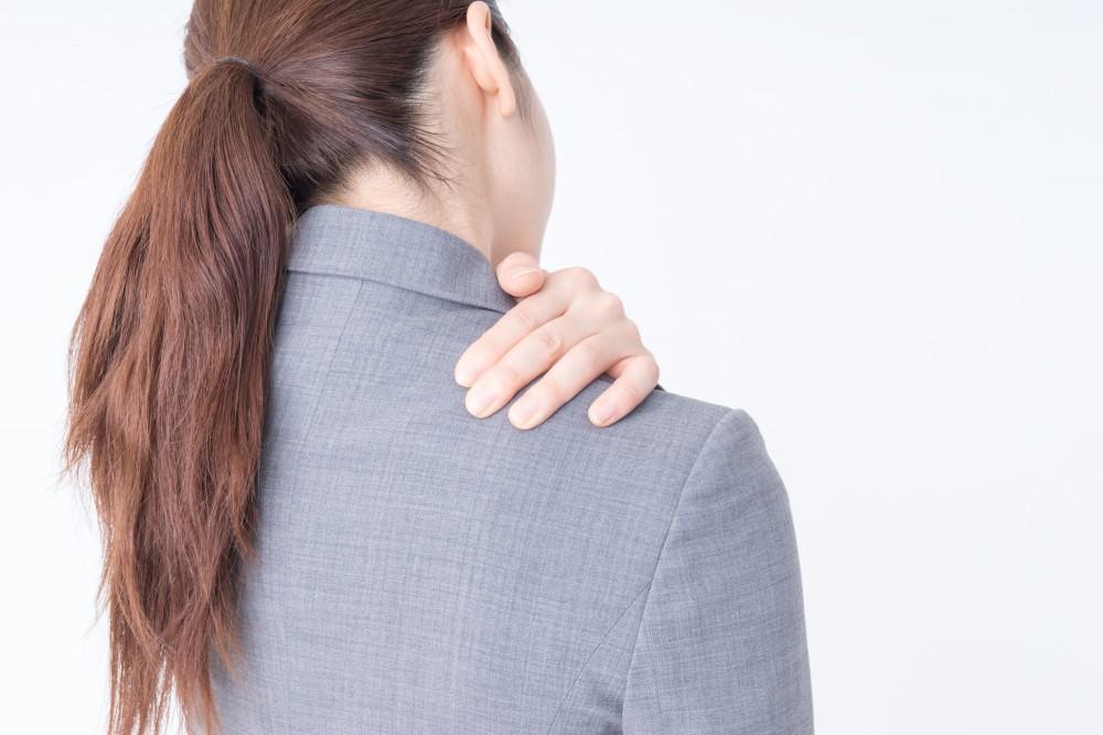 肩が凝るとさまざまな不調や美容にも影響が。