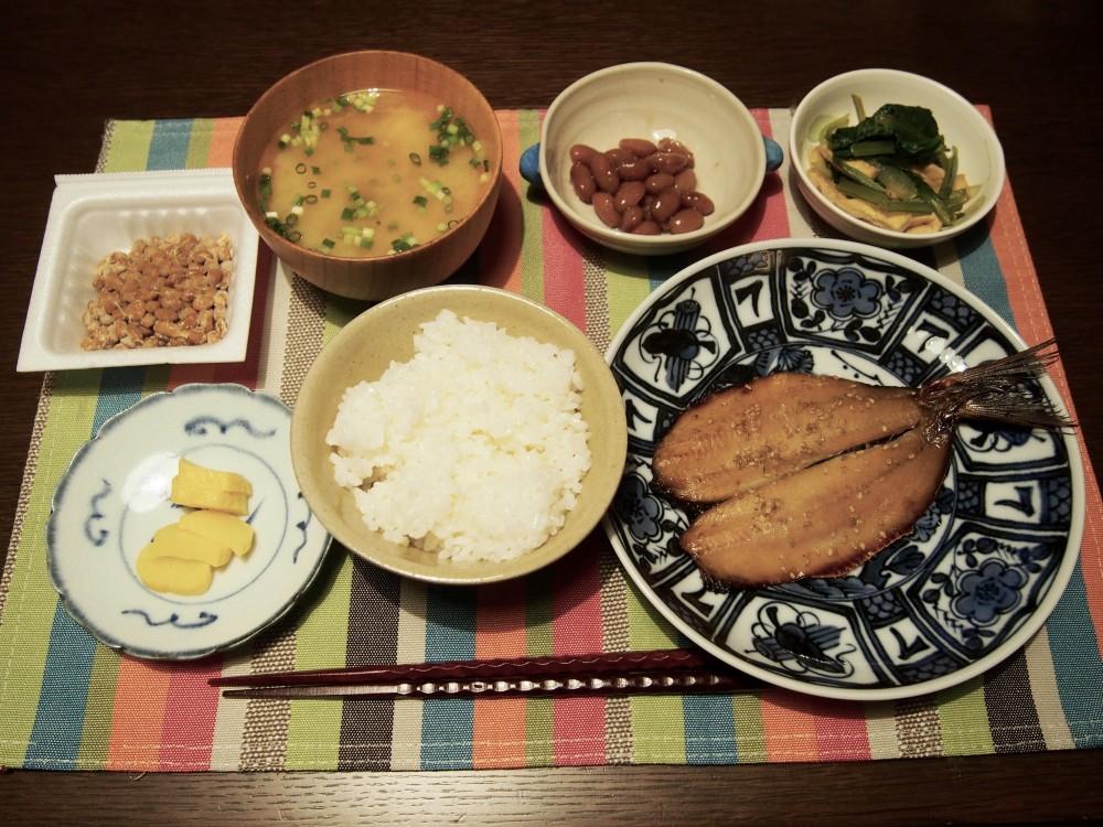 納豆と煮豆、漬物は既成のもの。これがあるとごはんの友が増えてごはんが進む!