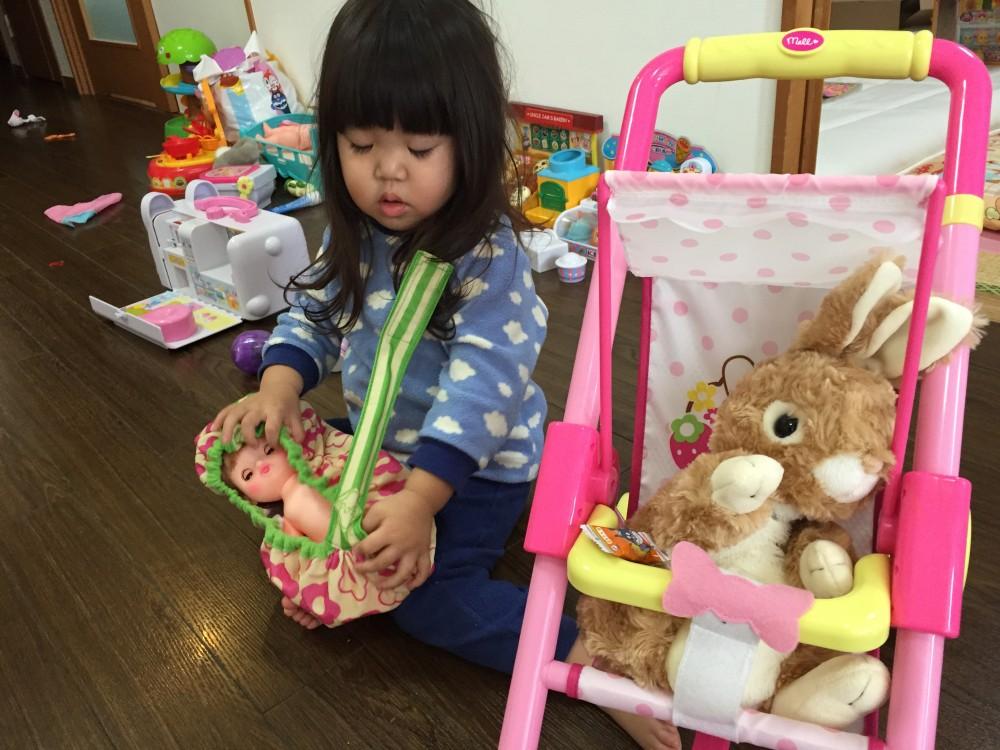 お人形遊びが大好き。すべてのごっこ遊びにママを巻き込みます。