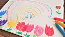 子どもが「描いた絵」や「保育園の作品」どうしてる?処分の基準と収納方法