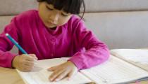 ママたちが嘆く!小学校1年生「宿題が多すぎる」その量とかかる時間、やらせる工夫とは?