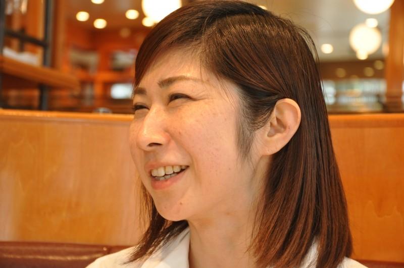 目を細めて笑う表情がとてもキュートなママさんです。