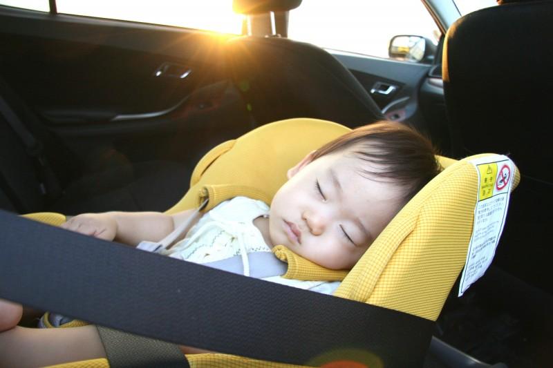 「よく眠っているから」「ほんの少しの間だから」と車内に子どもを置いていかないように!