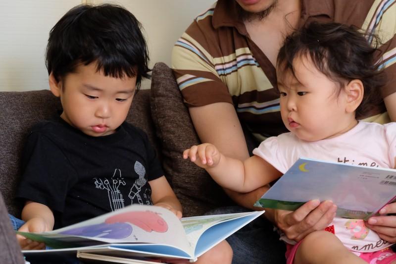 いつもの読み聞かせとは違った雰囲気は、気分が変わって子どもにもいいですね。