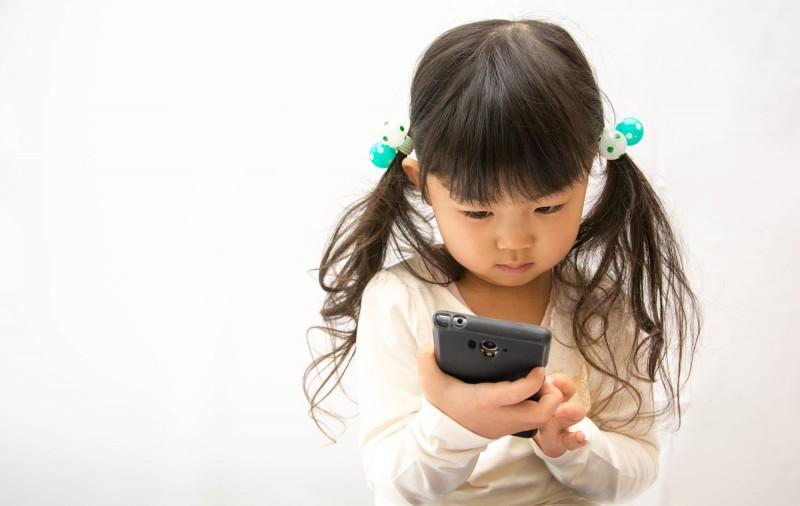 スマホを操作できる子どもに違和感を感じつつもついつい頼ってしまう