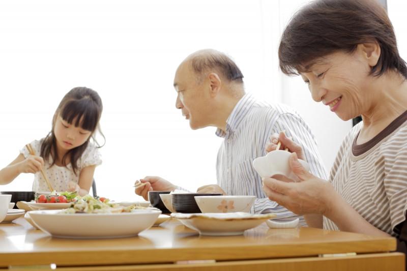 祖父母に頼って夕飯を浮かせる