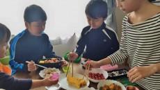 お弁当セルフ方式。3歳の末っ子も何となく参加