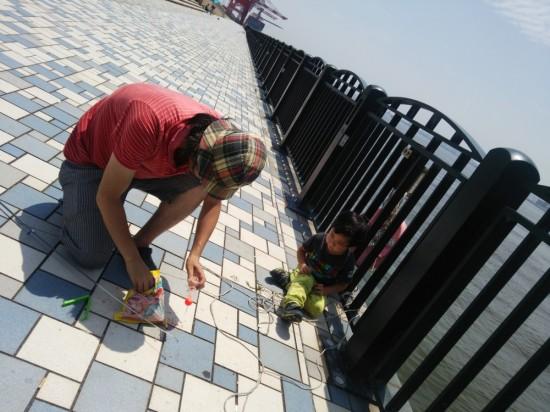 釣り針は小さな子どもには危ないので大人が必ず見てあげましょう。