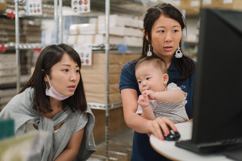 子どもをヒザに乗せているのに、不思議と仕事をしている姿に違和感がありません。スタッフいわく、宮坂さん(写真右)は「あやしのエキスパート」だそう。