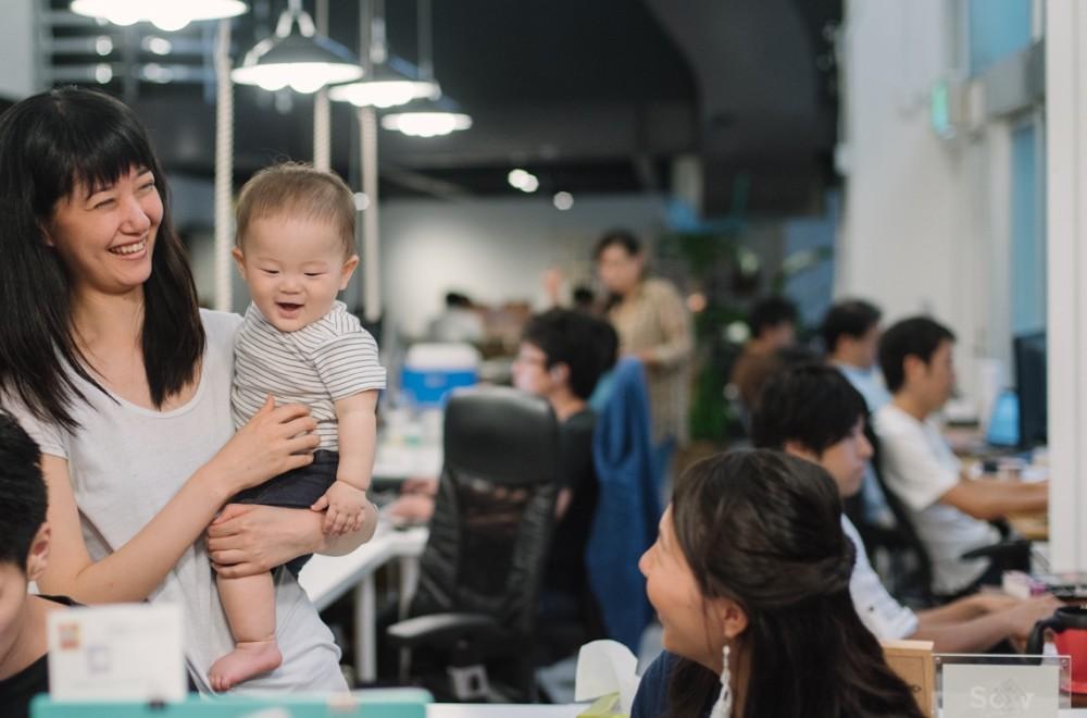 他のママの子を抱っこする中井さん。子どもも「ママ〜」と言って泣かないのが驚き!