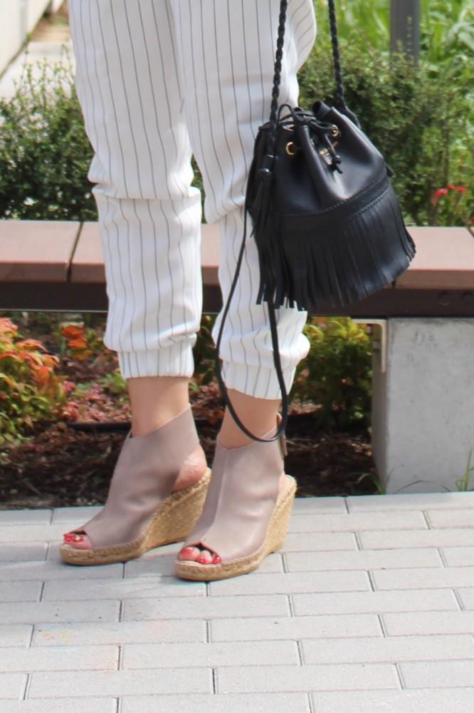 ブーティサンダルなら、足元がより安定して歩きやすい