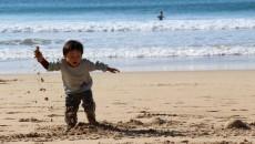 綺麗な海をバックに息子も大はしゃぎ