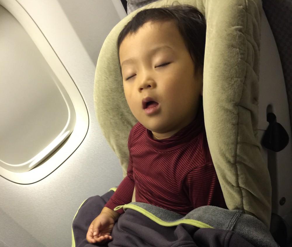 行きの飛行機は夜便だったため、夕食後すぐに爆睡。