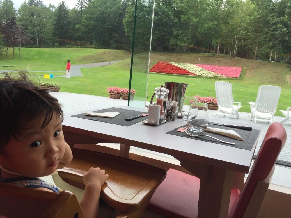 レストランからもきれいなお花畑が見えます