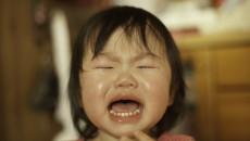 天使のような寝顔から一転、部屋中に響きわたるくらいに泣きわめきます。