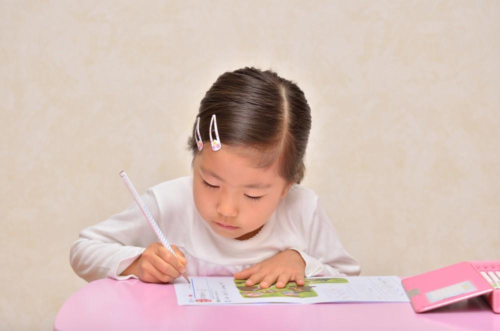 子どもの勉強を見る時間の確保も働くママはなかなかできません。