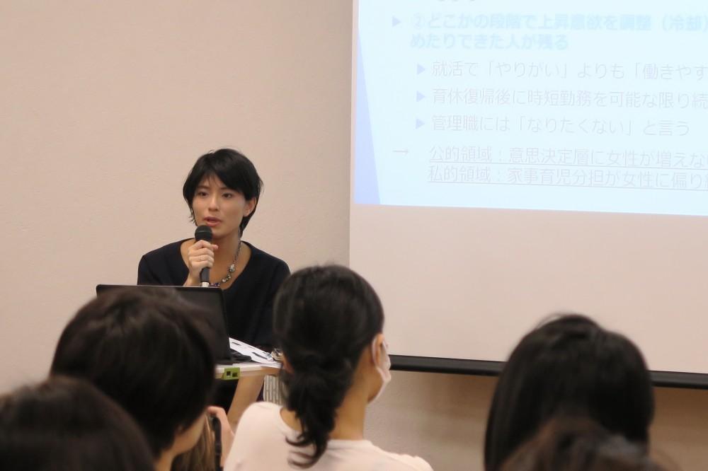 育休世代の代表的存在の中野円佳さん。ワーママらしく当日、会場にお子さんの姿も。