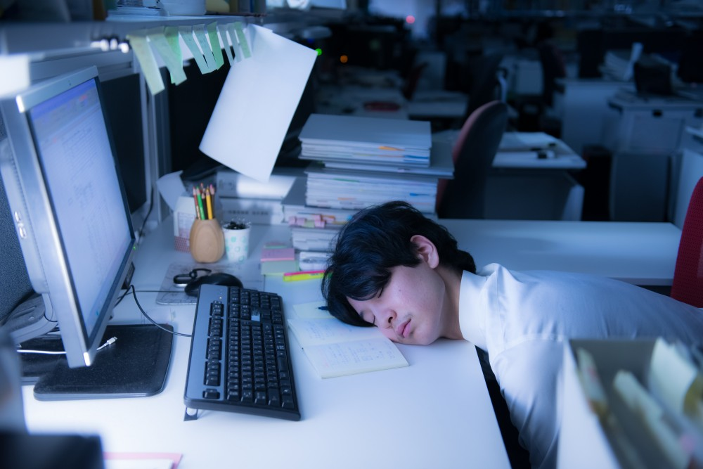 深夜残業も当たり前な風潮は、妊産婦や子育てママでなくとも辛いはず。