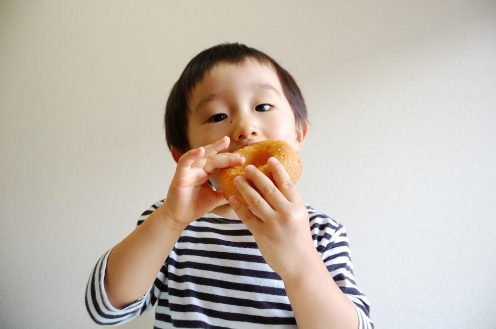 乳幼児はとくに口のなかにパンパンに食べ物をつめこみます。