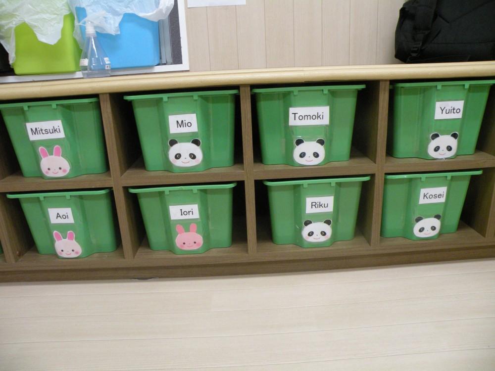 子どもの荷物を入れているロッカーも英語で名前が書いてあります。