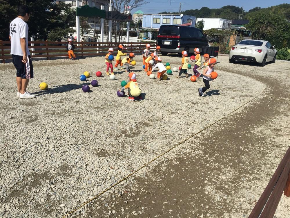 2歳児クラスがこの日行っていたのは「荷物運び競争」。