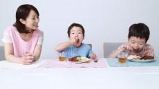 お友達が食べているとつられて食べます。