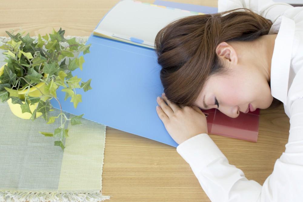 うまく職場の環境をうまく利用して昼寝してますね。