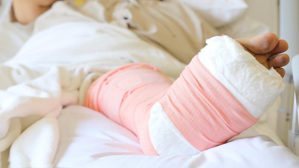 骨折で入院。