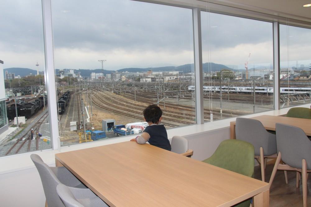 レストランの窓際に座れば、電車を見ながら食事できる